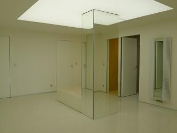 vstupní hala se zrcadlovým sloupem, podhledem z barrisolu a vestavným nábytkem